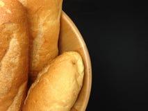 Bäckerei-Brot des Stangenbrots auf schwarzem Hintergrund Stockbilder