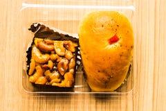 Bäckerei zwei Stücke gelegt in eine Klarsichtschachtel stockbild