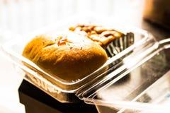 Bäckerei zwei Stücke gelegt in eine Klarsichtschachtel stockbilder
