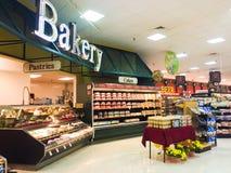Bäckereiabteilung in einem Gemischtwarenladen lizenzfreie stockfotografie