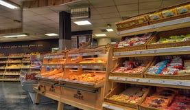 Bäckereiabteilung in einem Supermarkt Stockfotos