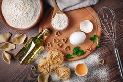 Bäckereibestandteile Bemehlen Sie mit rohen Eiern ölen für Teigteigwaren auf a lizenzfreies stockbild