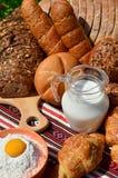 Bäckereibestandteile u. frische gebackene Brote Stockfotografie