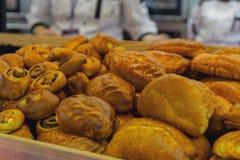 Bäckereiprodukte auf dem Zähler lizenzfreies stockbild