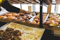 Bäckereiprodukte auf dem Zähler Lebensmittelindustrie stockbilder
