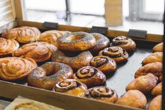 Bäckereiprodukte auf dem Zähler Lebensmittelindustrie lizenzfreies stockbild
