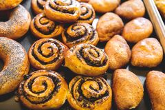 Bäckereiprodukte auf dem Zähler Lebensmittelindustrie stockfotos