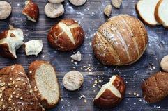 BäckereiSortiment in einer rustikalen Artnahaufnahme Stockfotos