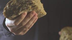 Bäckerhände, die selbst gemachtes Brot brechen Weicher Fokus stock video footage