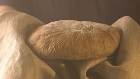 Bäckermann, der rustikalen organischen Brotlaib in den Händen - ländliche Bäckerei hält stock video