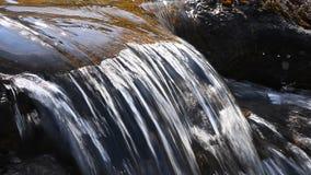Bäckvattenström med den lilla klyftan i dagtid arkivfilmer