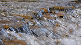 Bäckvattenström med små klyftor lager videofilmer