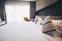 Bädda ned ark och kudden i hotellrum Arkivfoto