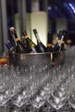 Bägare och champagneflaskor Royaltyfria Bilder