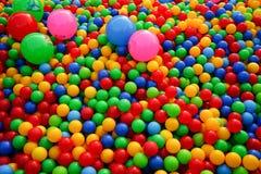Bällchen von verschiedenen Farben auf dem Spielplatz stockbild