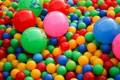 Bällchen von verschiedenen Farben auf dem Spielplatz lizenzfreies stockbild