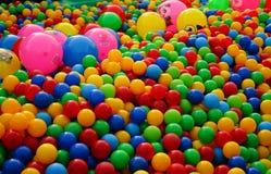 Bällchen von verschiedenen Farben auf dem Spielplatz lizenzfreie stockfotos