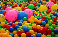 Bällchen von verschiedenen Farben auf dem Spielplatz stockfoto