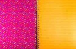 Bälle auf einem rosa Hintergrund mit orange Blatt für Text Lizenzfreie Stockfotografie