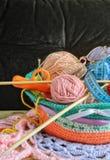 Bälle der Wolle, Speiche für das Stricken, Scheren, ein messendes Band, g Stockfotos