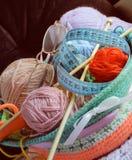 Bälle der Wolle, Speiche, Gläser in einem Korb Stockfotografie