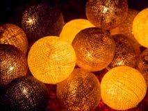Bälle des Lichtes, helle Kette des Feiertags Stockfoto