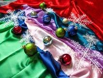 Bälle und Schneeflocken auf dem Weihnachtsbaum Lizenzfreies Stockfoto