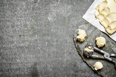 Bälle von Butter mit einem Messen scissors Lizenzfreie Stockfotos