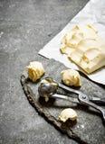 Bälle von Butter mit einem Messen scissors Stockfotos