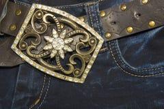 bälte dekorerade jeansrhinestones Arkivbilder