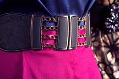 Bälte och klänning på en skyltdocka Arkivfoto