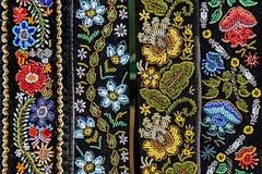 Bälten för kvinnor broderade traditionellt med rumänska modeller royaltyfri bild