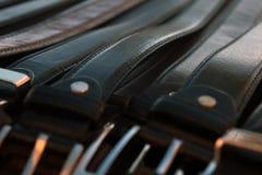 Bälten för läder för man` s som bakgrund Royaltyfri Foto