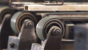 Bälten vänder hjulen som roterar på en tryckpress lager videofilmer