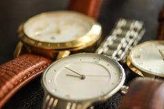 Bältet för läder för silverbruntmetall håller ögonen på tid Arkivbild