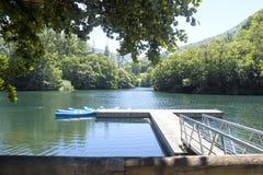 Bända upp kanoter i en sjö som förtöjas till omgivet royaltyfria foton