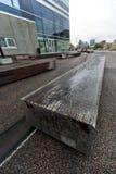 Bänk av timmer på den offentliga fyrkanten i staden av den Ã-… rhusen arkivbilder
