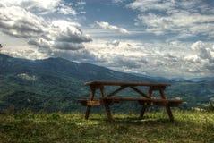 Bänk för ensamma berg Royaltyfria Bilder