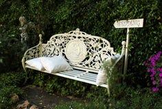 Bänk för trädgård för engelskastilvit Royaltyfri Foto