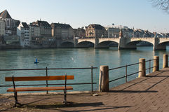 Bänk framme av Rhine River Schweiz Royaltyfri Foto