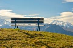 Bänk i Bettmeralp i Schweiz Royaltyfri Foto