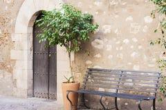 Bänk i borggården av den historiska byggnaden i Taormina, Sicilien, Italien royaltyfri foto