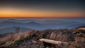 Bänk i de Bieszczady bergen i Polen Royaltyfria Foton