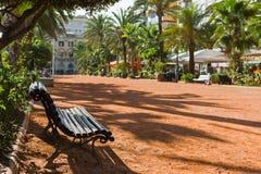 Bänk i en stadspark Arkivfoto