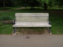 Bänk i parkera i London royaltyfri fotografi