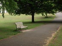 Bänk i parkera i London fotografering för bildbyråer