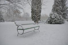 Bänk i parkera med snö Royaltyfria Foton
