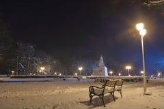 Bänk i parkera med snö Fotografering för Bildbyråer