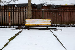 Bänk i parkera under snön Fotografering för Bildbyråer