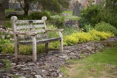 Bänk i trädgårdar på brunndomkyrkan Royaltyfri Foto